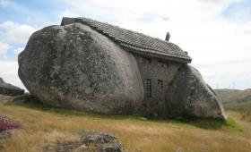 podobny jest do człowieka, który buduje dom: wkopał się głęboko i fundament założył na skale