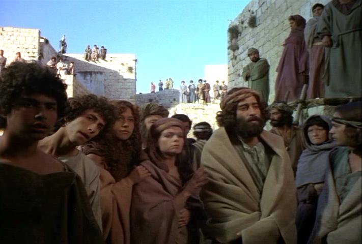 stojąc na dworze, posłali po Niego, aby Go przywołać