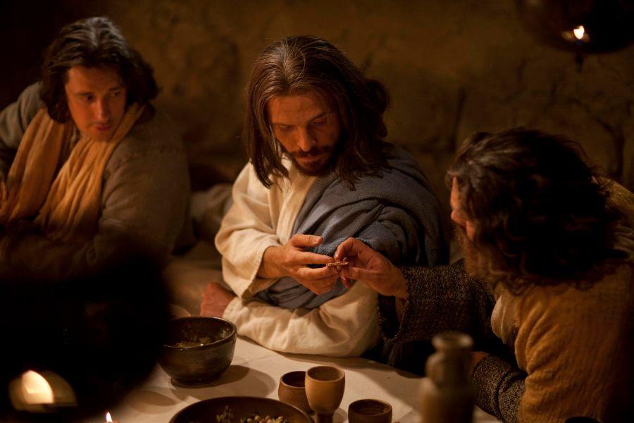 Umoczywszy więc kawałek chleba, wziął i podał Judaszowi