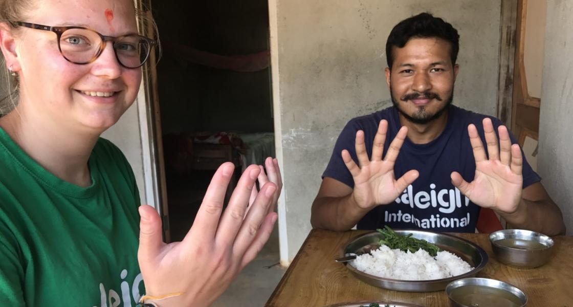 zauważyli, że niektórzy z Jego uczniów brali posiłek nie obmytymi rękami