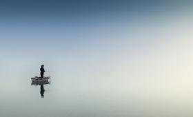 idź nad jezioro i zarzuć wędkę!