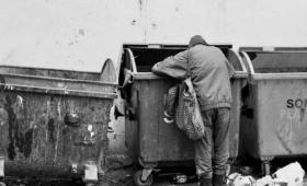 Pragnął on nasycić się odpadkami ze stołu bogacza…