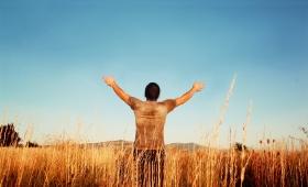 wrócił chwaląc Boga donośnym głosem