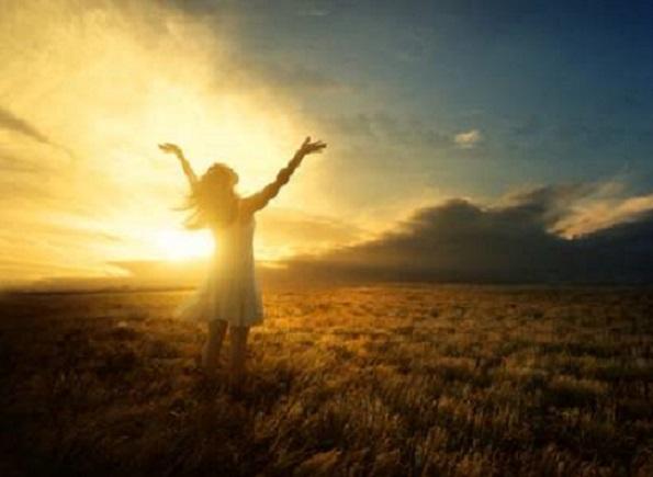 Położył na nią ręce, a natychmiast wyprostowała się i chwaliła Boga