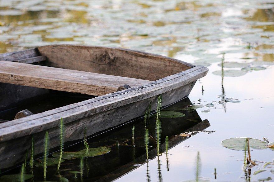 żeby łódka była dla Niego stale w pogotowiu ze względu na tłum